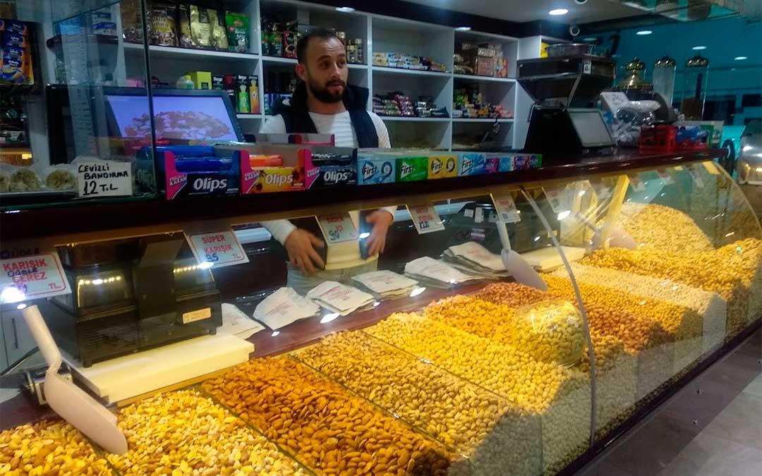 Muchos comercios venden frutos secos, te y especias