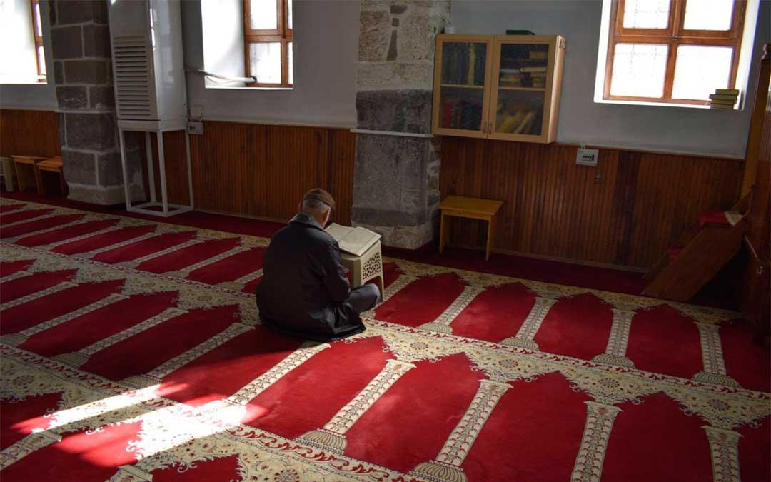 Un hombre reza en la mezquita de Eregli, firma José Manuel Martín./ La Comarca