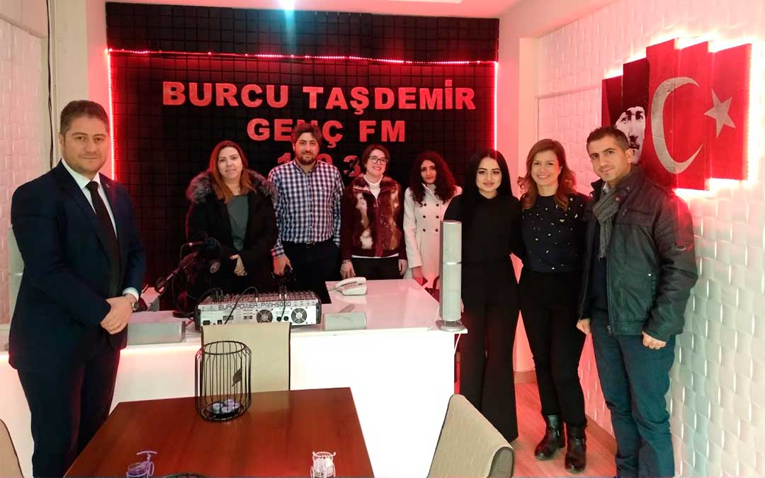 Con Burcu Tasdemir, que ha impulsado su propia emisora de radio./ La Comarca