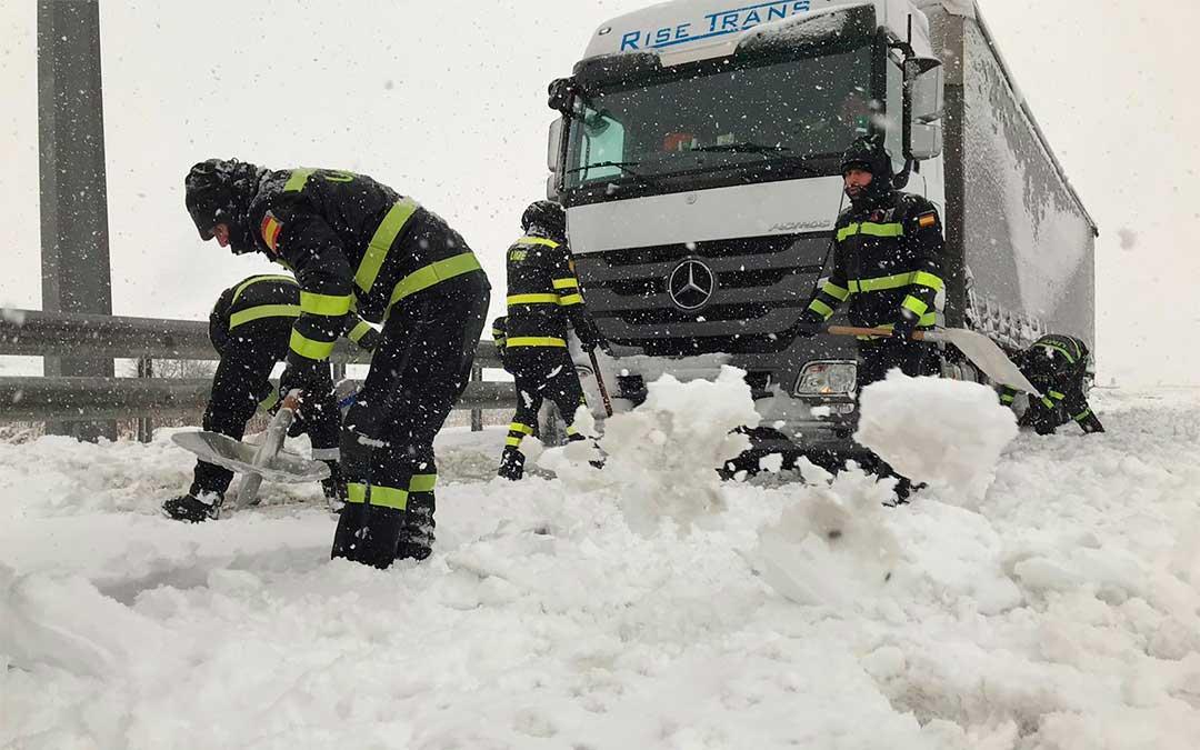 La UME realiza trabajos de limpieza en las carreteras./ UME