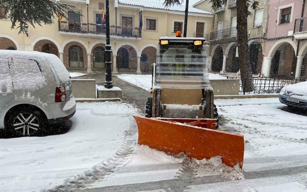 Uno de los vehículos del Ayuntamiento de Utrillas trabajando en la limpieza de la plaza / Ayto. Utrillas