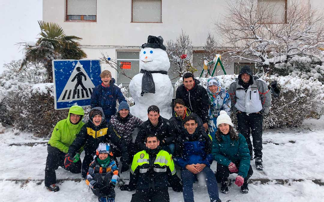 Niños jugando con la nieve en Valdealgorfa./ Esther Icart