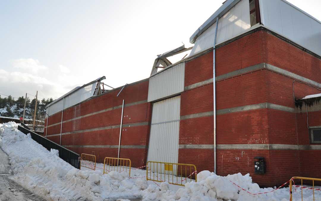 La cubierta del pabellón municipal y varias paredes del edificio resultaron seriamente dañadas tras la intensa e histórica nevada caída en la capital del Matarraña