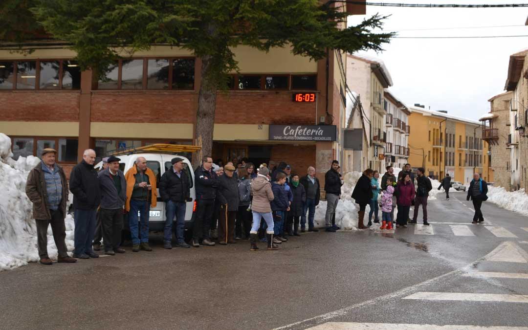 Vecinos de Cantavieja, en la plaza España, esperando a Pedro Sánchez / J. Vilchez