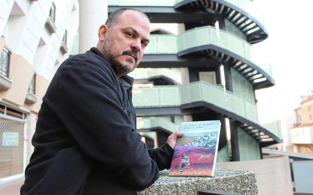 Guíu, el martes en Alcañiz con el libro que presentará por primera vez el viernes 24 en Alcorisa en la Semana Cultural. / B. Severino