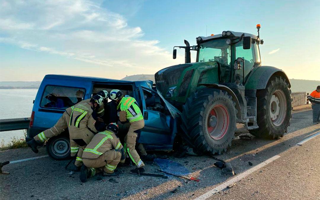 Tres personas han fallecido en Caspe tras colisionar una furgoneta con un tractor./ DIPUTACIÓN DE ZARAGOZA