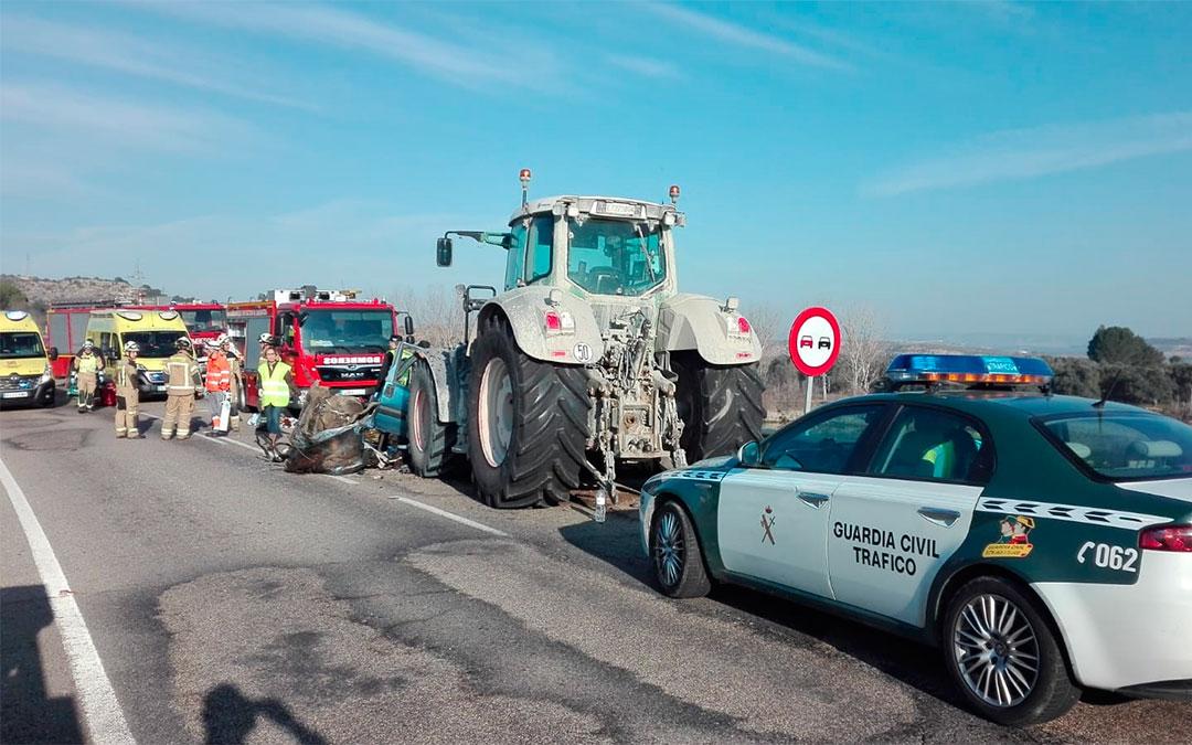 La furgoneta, ocupada por 8 personas, ha colisionado con un tractor cerca de la localidad de Caspe./ DPZ