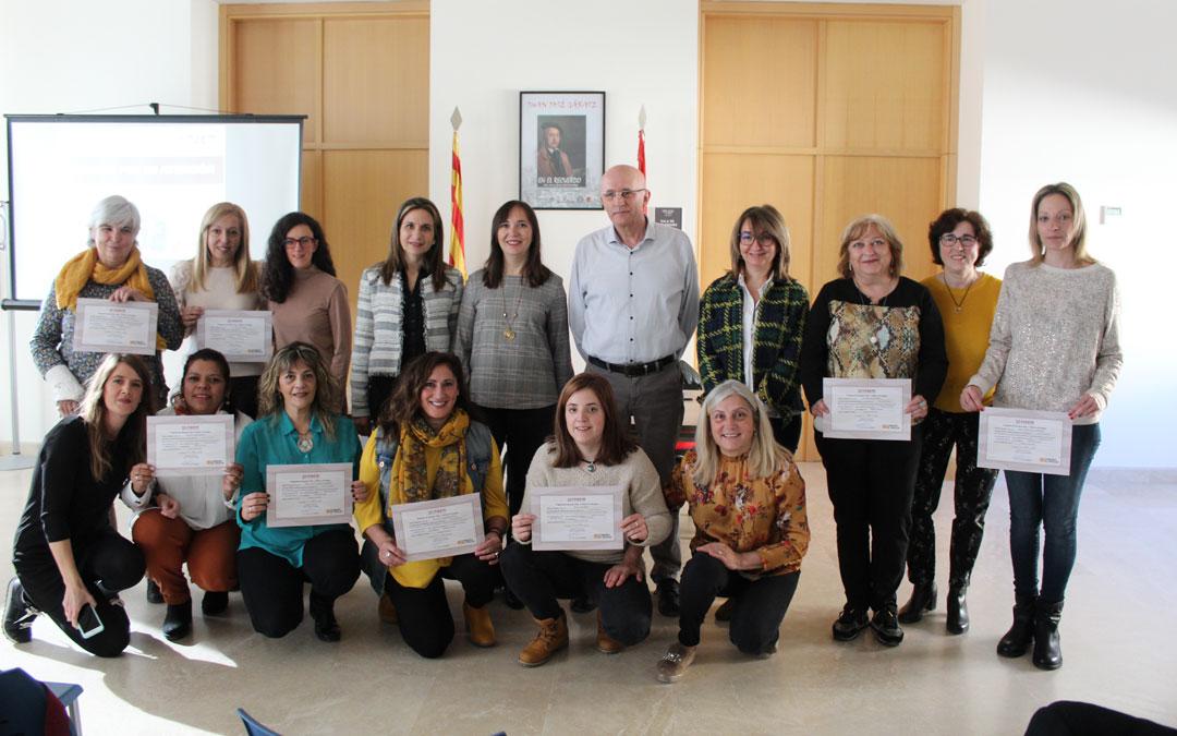 Las alumnas y el equipo del Taller comarcal, con sus certificados que recibieron de manos del Inaem. / B. Severino