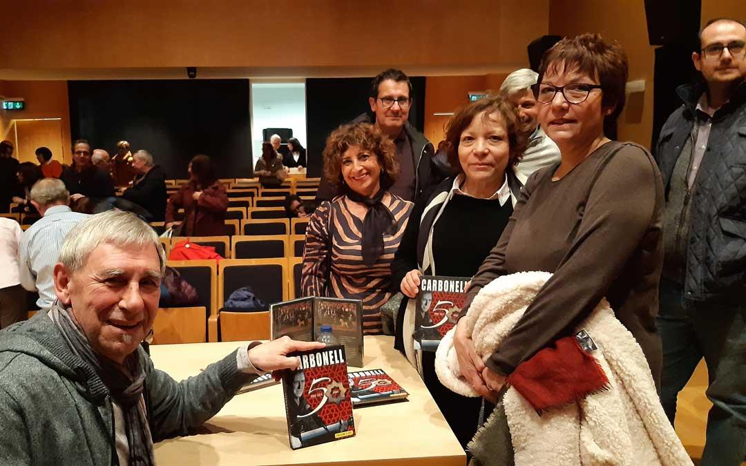 En febrero Carbonell estuvo en Alcañiz. Firmó el librodisco a su público antes y después de la presentación en el Palacio Ardid. / B. Severino