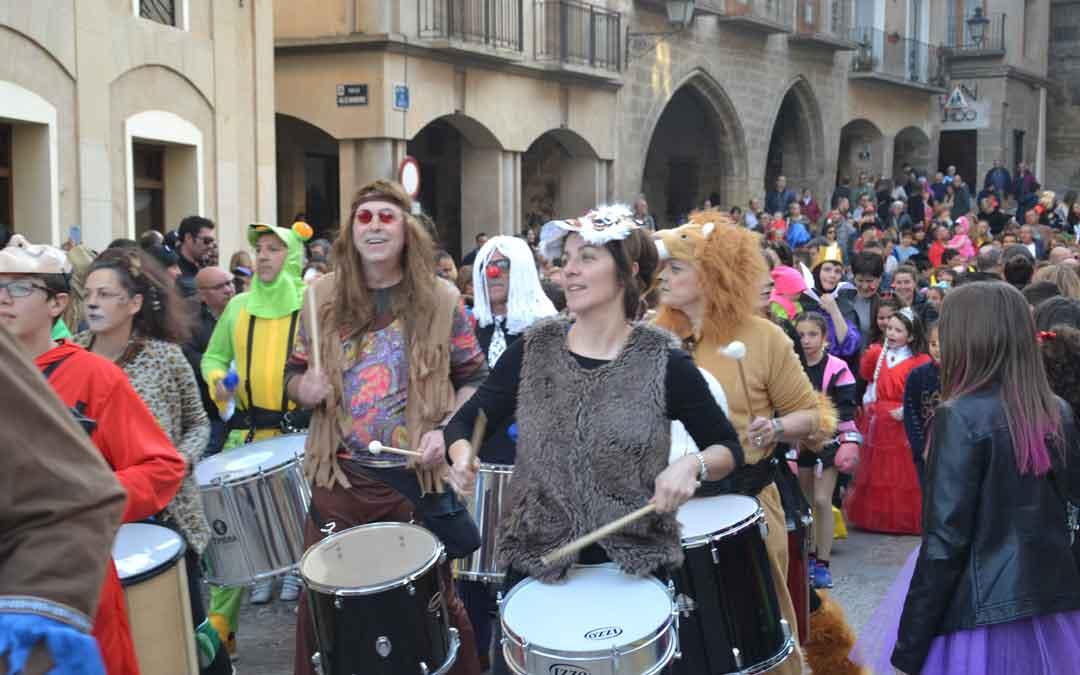La batucada ha abierto por primera vez el pasacalles de Carnaval en Alcañiz