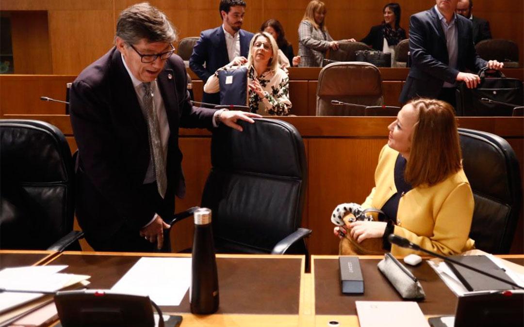 Aliaga, este jueves en el pleno de las Cortes junto a la consejera de Presidencia, Mayte Pérez./ José Miguel Marco-Heraldo