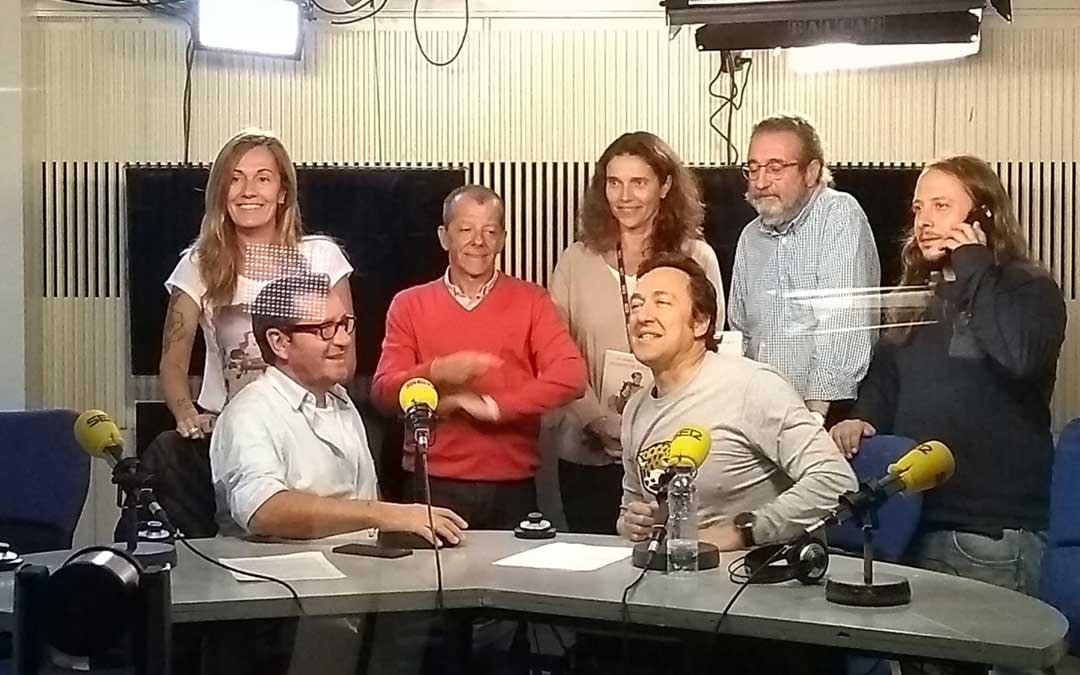 Alemany, en el centro con el libro en la mano, en una entrevista en Ser Aventureros. / Archivo Ana Alemany