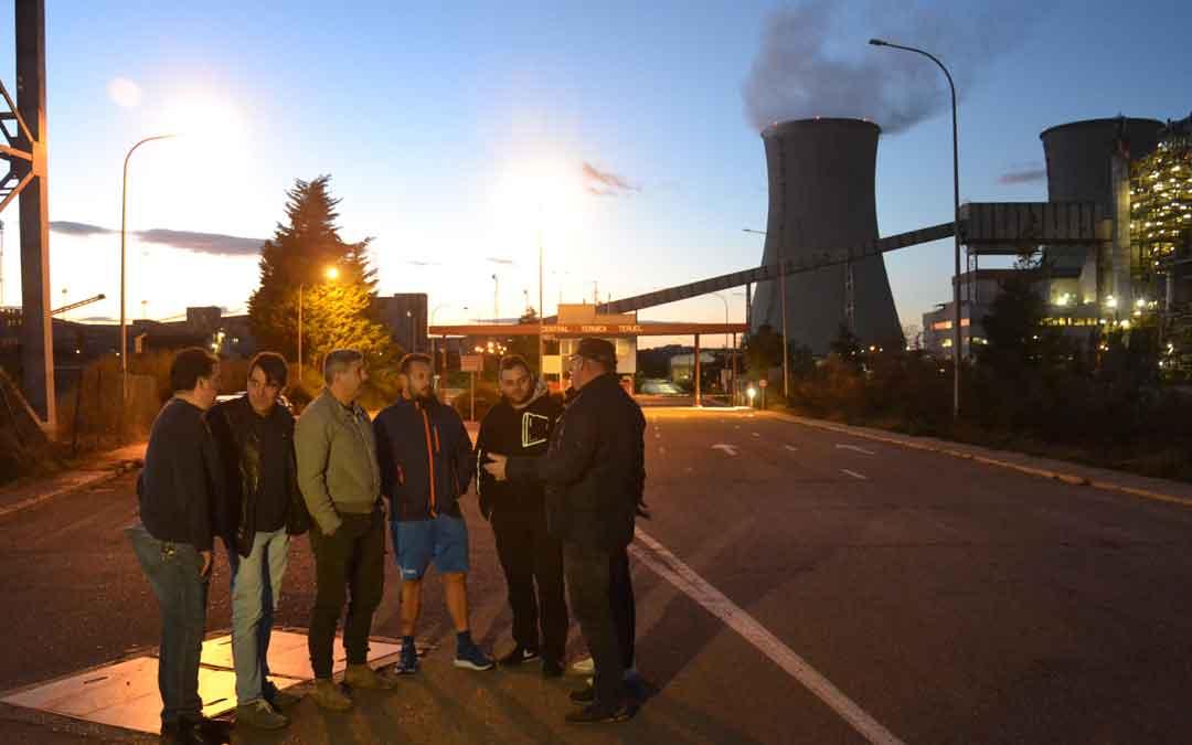 Trabajadores de Endesa y subcontratas anoche antes de comenzar el turno de noche en el que se pulsó el botón de desconexión
