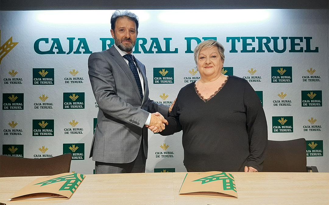 El jefe de zona Caja Rural de Teruel, Juan Mangas Juderías, y la presidenta del Colegio Oficial de Enfermería, María Antonia Roca Muñoz./ Caja Rural