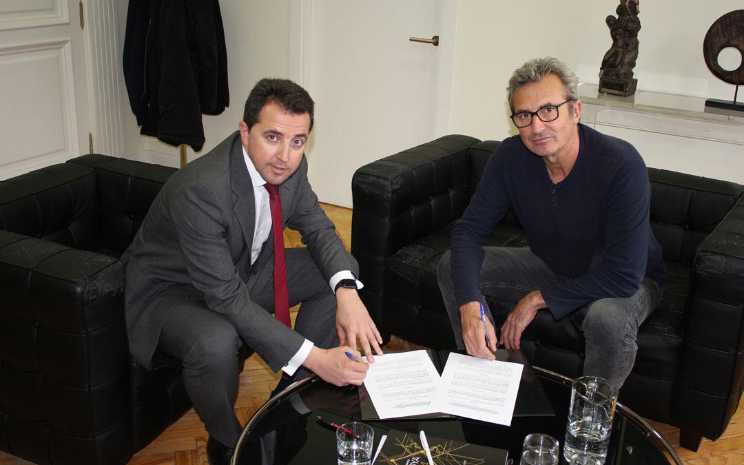 Alberto Herrero y Mariano Barroso, el miércoles firmando la unión. / L. C.