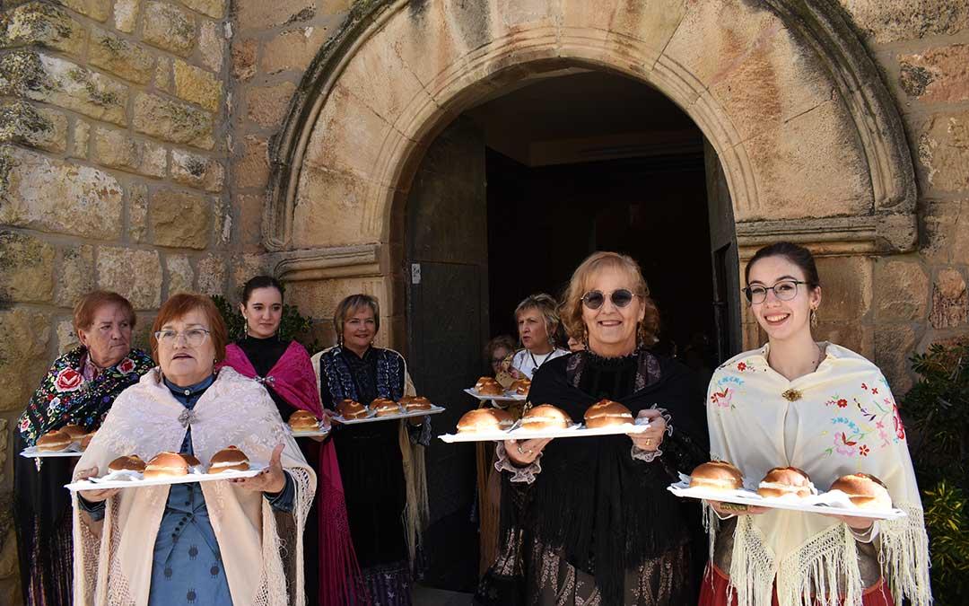 Las mujeres portan las 'tetillas' de Santa Águeda./ Laura Quílez
