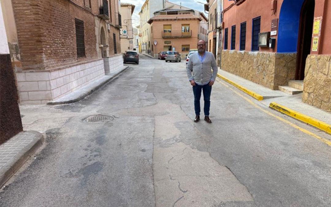 El alcalde de Muniesa, José Luis Iranzo, muestra el mal asfaltado de la carretera que discurre por la localidad./ Ayuntamiento de Muniesa