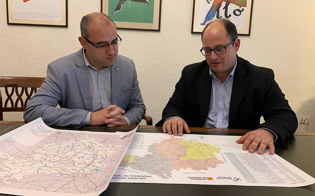 El vicepresidente y diputado delegado de Carreteras, Alberto Izquierdo, (derecha) con el diputado castellonense, Santi Pérez./ DPT