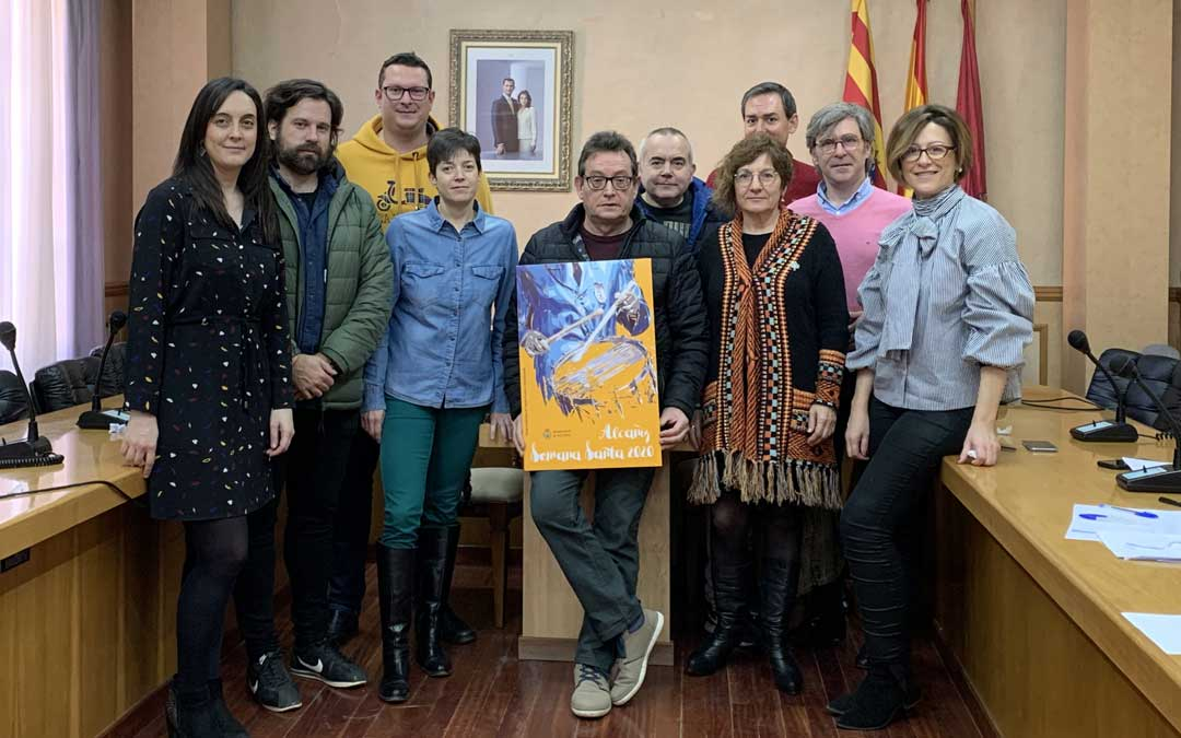 Miembros de la comisión de Cultura y los presidentes de la Junta Suprema y la Semana Santa con el cartel ganador / Ayto. Alcañiz
