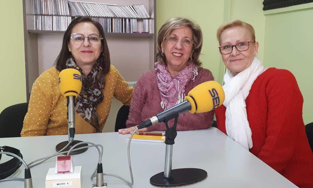 De izquierda a derecha, Ana Villacampa, Mari Bondía y Marina Benedí, de la Asociación de la Mujer Caspolina