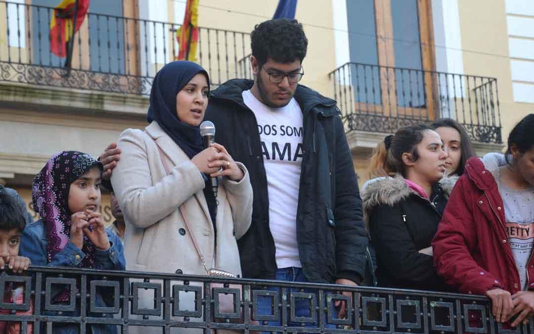 Hasnae y Ayoub dirigiéndose a los vecinos