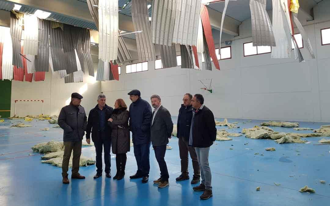 La consejera de Presidencia, Mayte Pérez, con varios alcaldes ayer en el pabellón de Castel de Cabra, con la techumbre totalmente destrozada