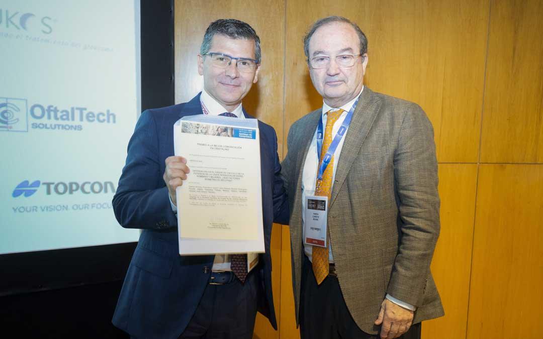 Recibiendo el primer premio de manos del presidente de la Sociedad Española de Cirugía Ocular Implanto-Refractiva (SECOIR)