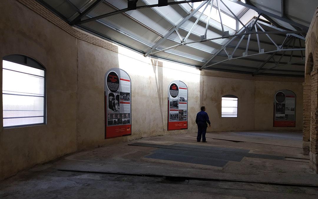 Interior del edificio con la nueva techumbre y los paneles informativos./ Comarca Cuencas Mineras
