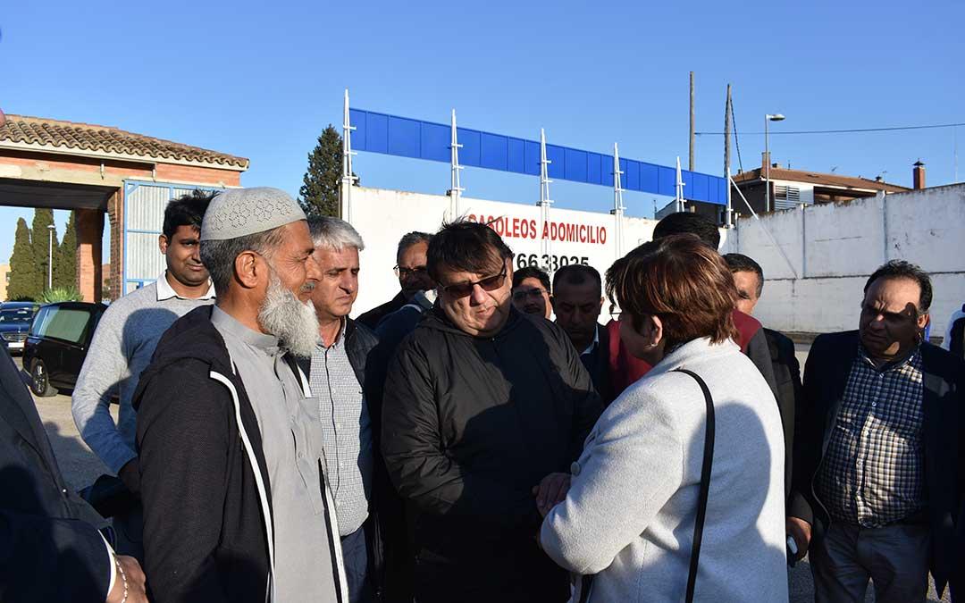 La alcaldesa de Caspe recibiendo al Consul General de Pakistan, Imran Ali.