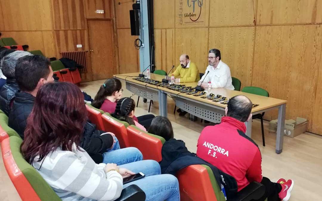 Acto de entrega de los cordones dorados en Andorra. En la imagen, José Ginés a la derecha, y Andrés González, a la izquierda./ Juan Carlos Aznar