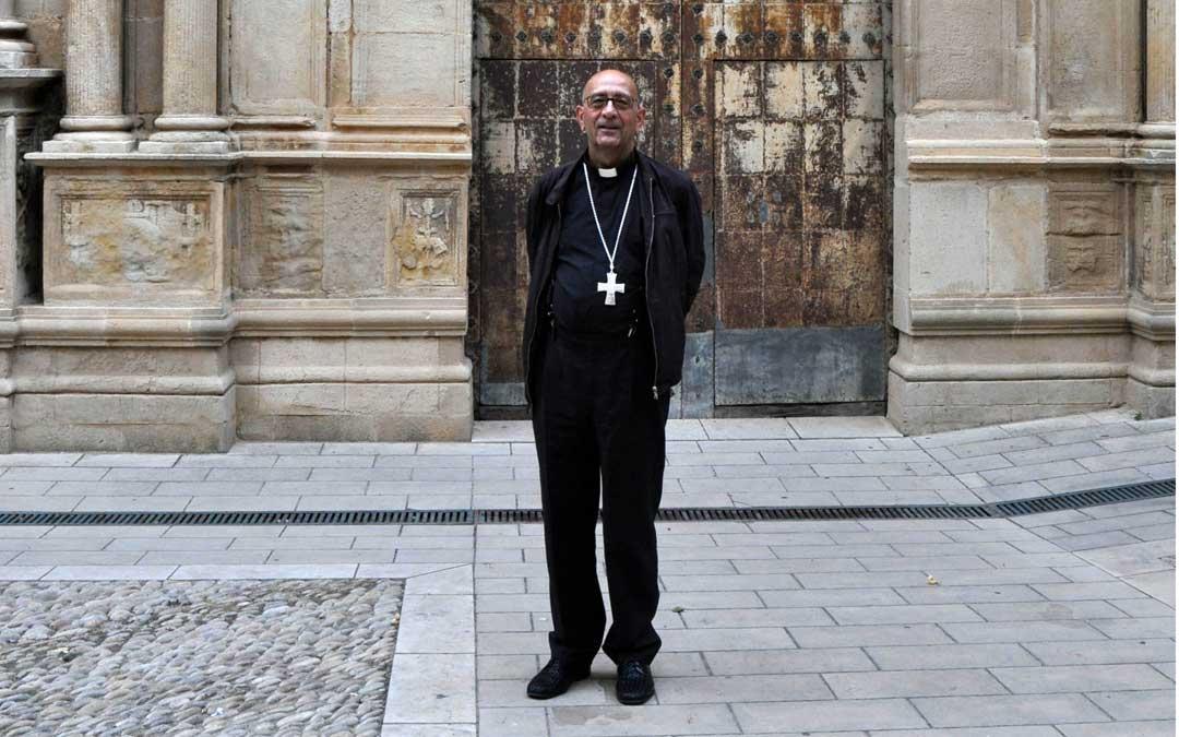 El cardenal Omella en la plaza que lleva su nombre en su localidad natal, Cretas.