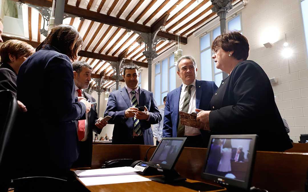 Diputados provinciales al término de un pleno.