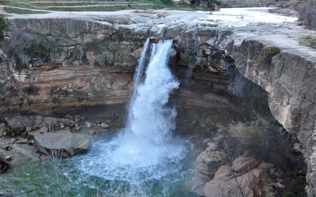 El Salt de La Portellada en el río Tastavins lleva dos semanas presentando un aspecto único./ Javier de Luna