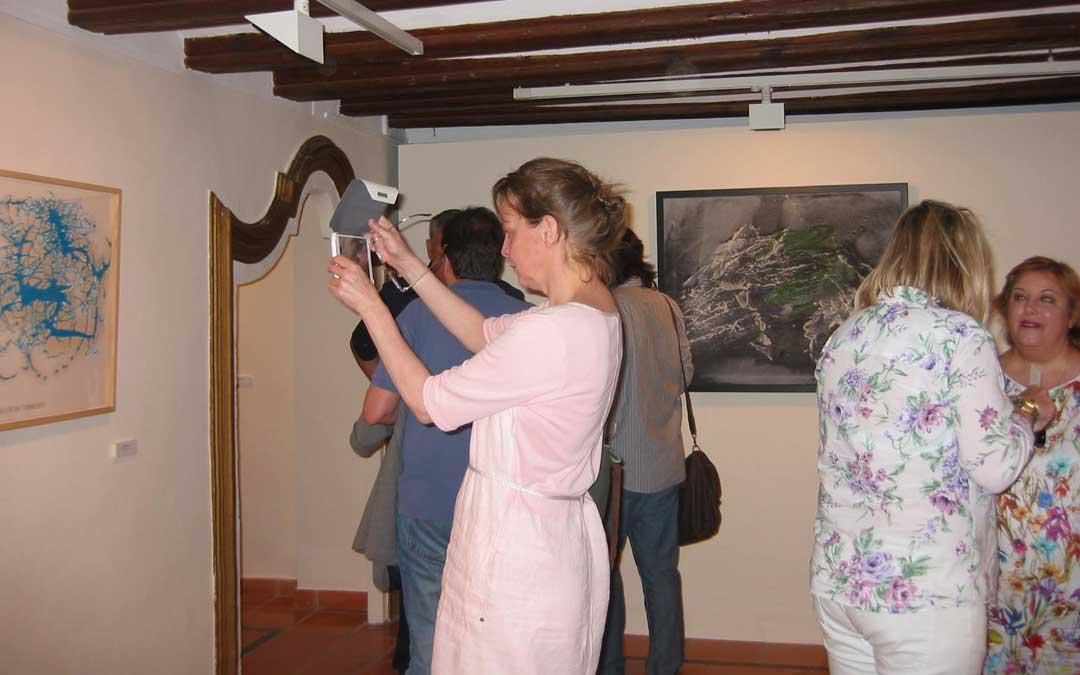 Durante una exposición en el Museo Juan Cabré de Calaceite. / Archivo Marian Tjim