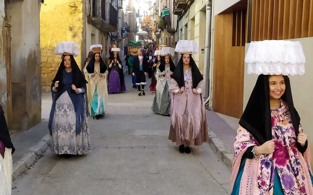 Procesión por Santa Águeda en Escatrón con el Pan Bendito en las canastillas sobre la cabeza. / Juan A. Peñalver