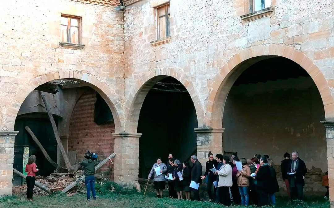 Los vecinos de Fórnoles cantan 'Los Gozos' para rogar apoyo institucional./ Ayuntamiento de Fórnoles