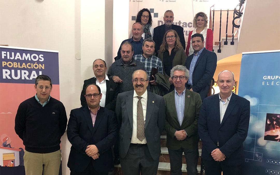 Foto de familia de los representantes de los 9 municipios con los representantes de la DPT, Red Eléctrica de España y AlmaNatura./ DPT