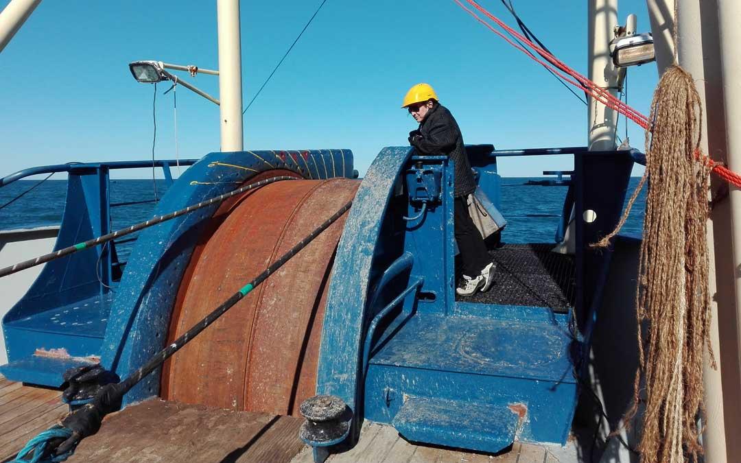 Una de las imágenes de Isabel a bordo de un buque cablero. / Archivo Isabel Alcober