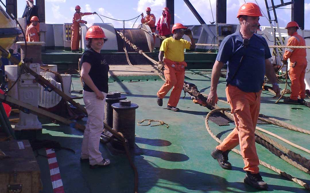La alcañizana, Isabel Alcober, a bordo del buque en una de las salidas a reparar un cable submarino. De una tripulación de 70 personas, ella ha sido generalmente la única mujer. / Archivo Isabel Alcober