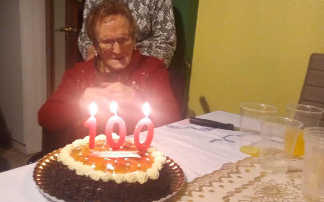 Josefa Vidal, vecina de Caspe, sopla las velas por su 100 cumpleaños.