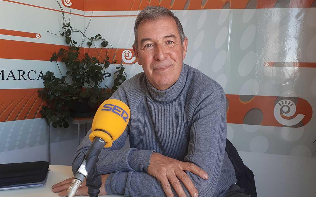 Juan Carlos Brun en el estudio de Radio La Comarca./ J.V.