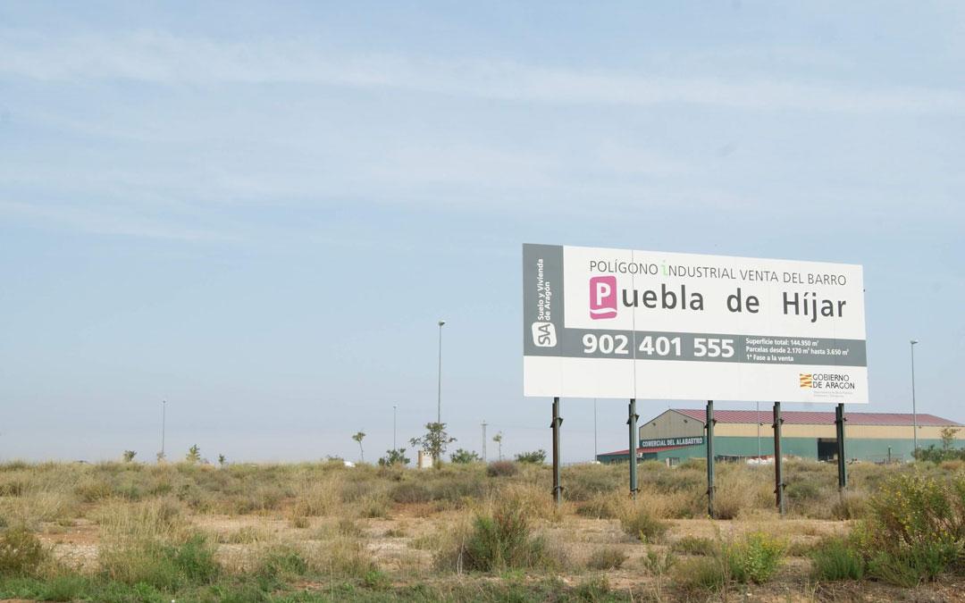 Imagen de archivo de uno de los carteles de Suelo y Vivienda en las parcelas de su titularidad. / B.S.