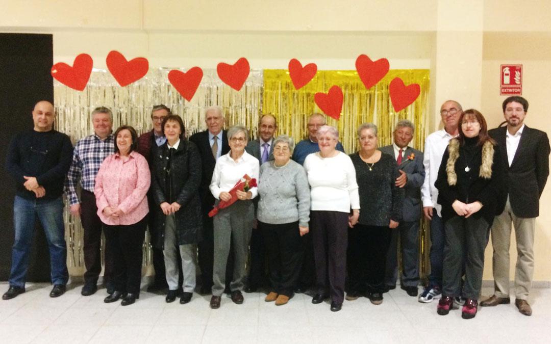 El concejal del Área Social, el alcalde y los matrimonios participantes / L. Quílez