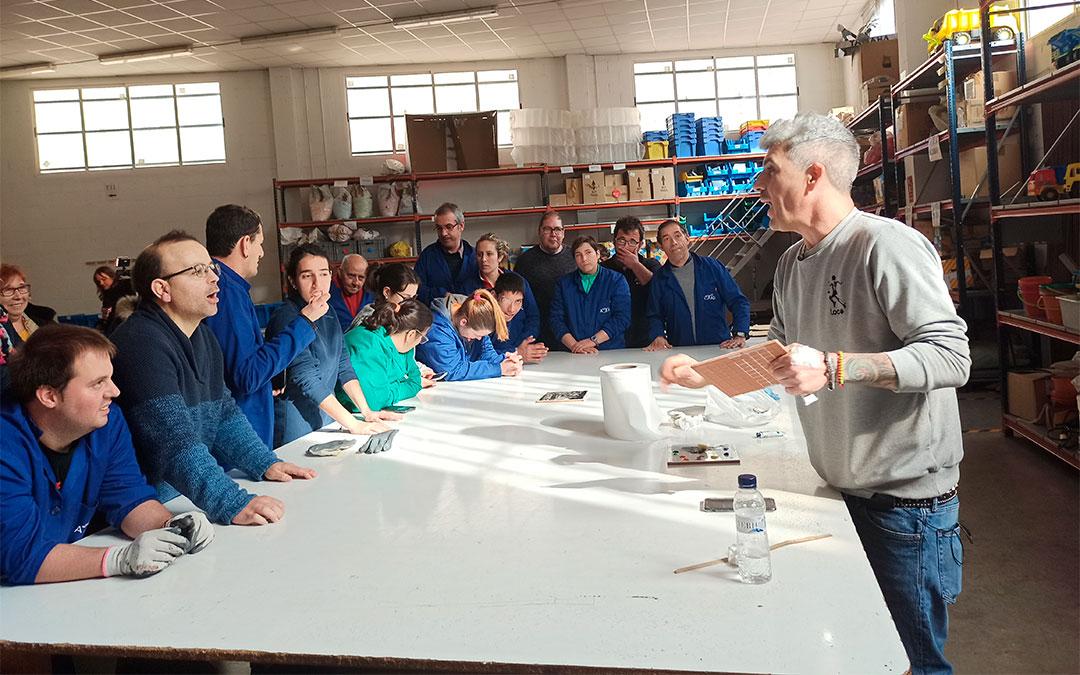 Los trabajadores de ADIPA utilizarán las técnicas que han aprendido para decorar y vender sus propios azulejos./ María Celiméndiz