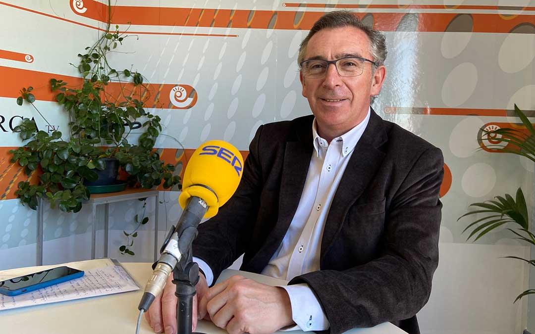 Luis María Beamonte durante su visita al estudio de Radio La Comarca./ A.M.