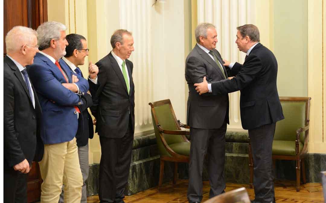 El Ministro Planas ayer recibiendo a los representantes de las cooperativas