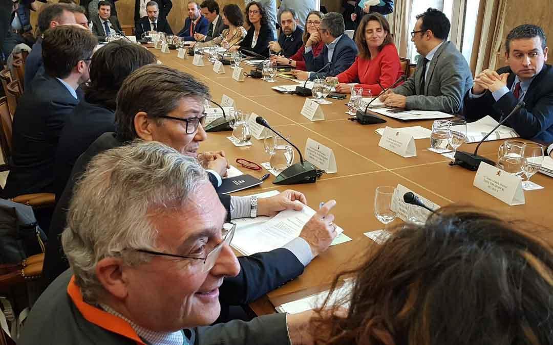 Reunión sectorial de Energía este lunes en el Ministerio. En primer término, Olona y Aliaga. Frente a ellos, la ministra Ribera / twitter Gobierno de Aragón