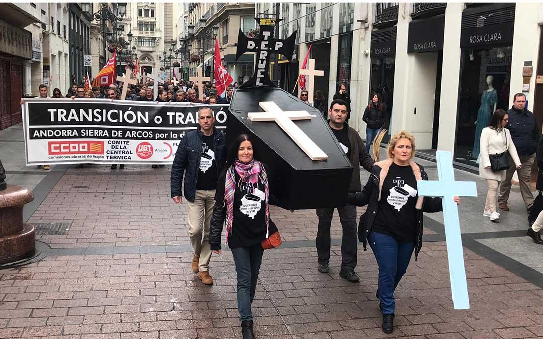 Un ataúd abría la marcha en la manifestación en Zaragoza de este sábado./ Plataforma de las Subcontratas de la Térmica