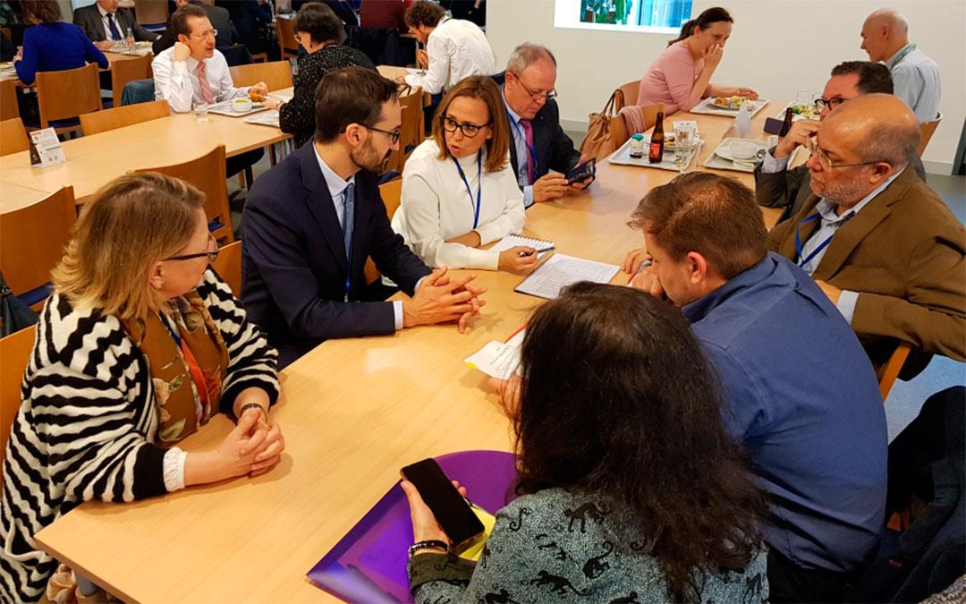 Mayte Pérez mantiene una reunión y comida de trabajo con representantes de Asturias y Castilla y León./ DGA