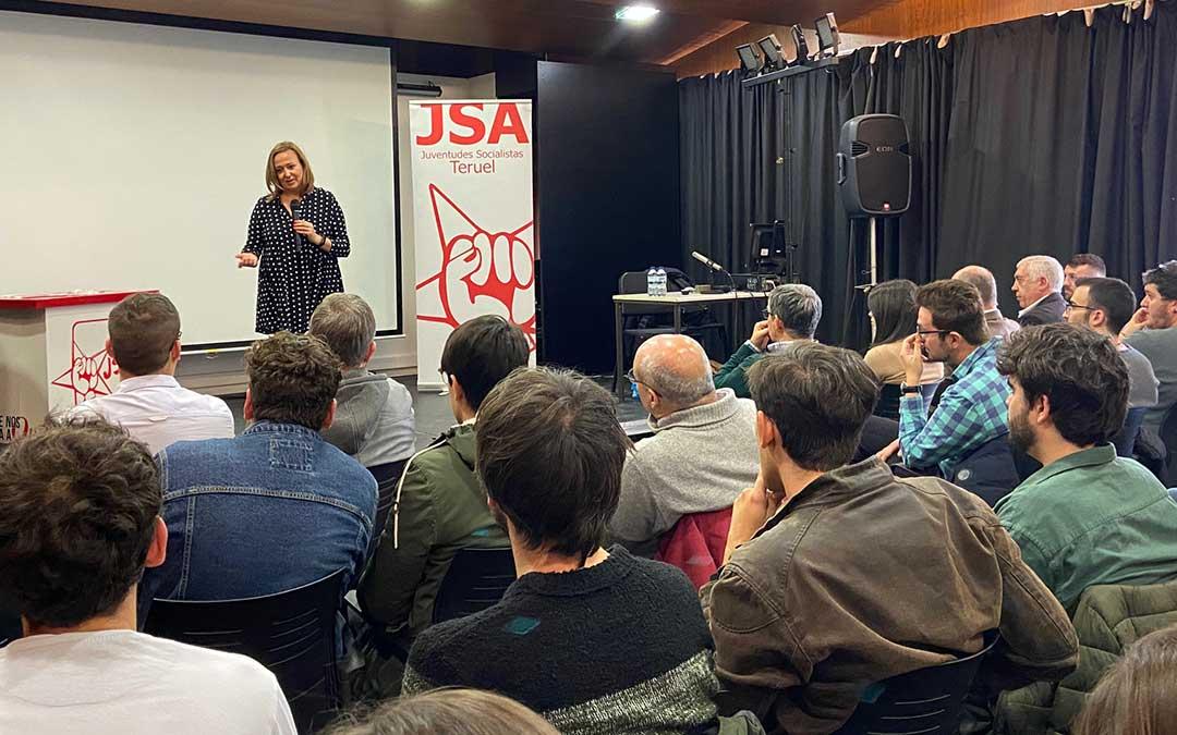 Mayte Pérez durante su intervención en el Liceo de Alcañiz./ A.M.